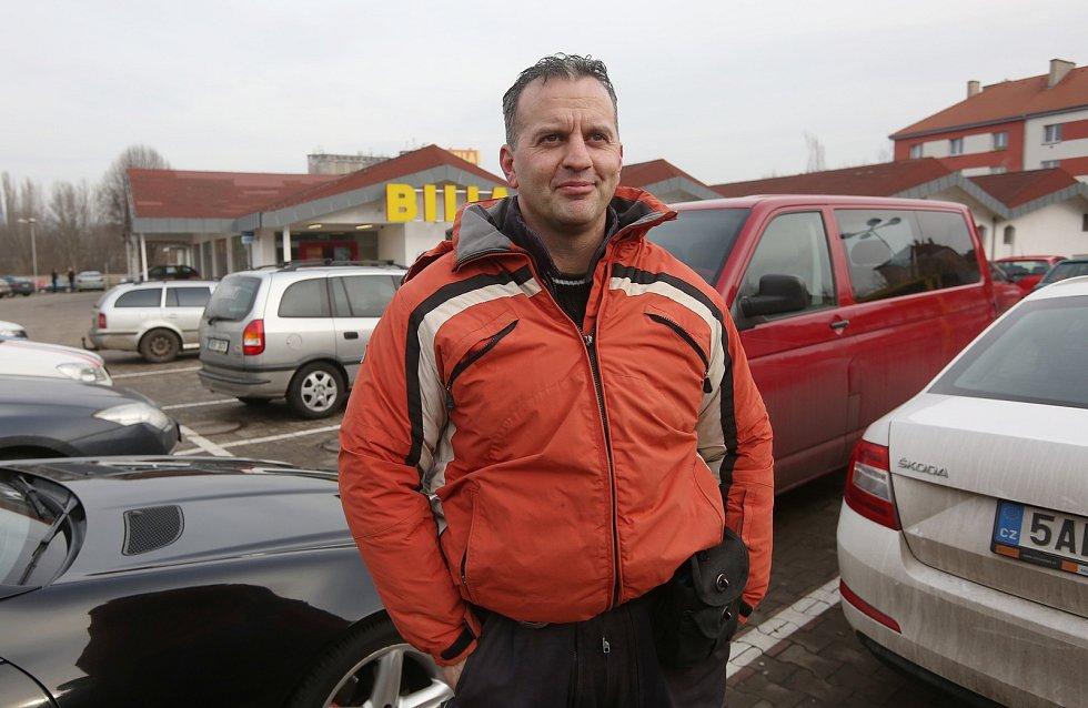 Strážník Tomáš Rotbauer u marketu, kde došlo k incidentu.