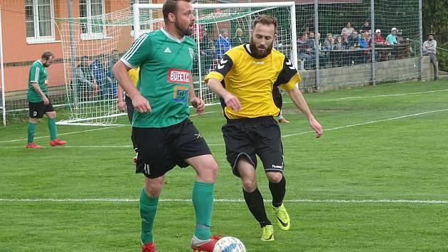 První s druhým. To byl zápas okresního přeboru Pokratice (v zeleném) - Libotenice. Domácí svého soka smetli 6:0.