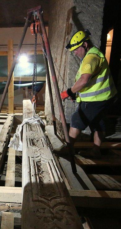 Více než pět metrů dlouhý trám se ukrýval pod podlahou věže Kalich na litoměřickém náměstí.