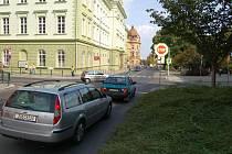 Z hlavní silnice se v této části ulice Na Valech stala na několik měsíců silnice vedlejší.
