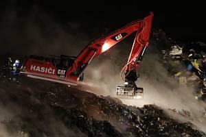 Boj hasičů s požárem na skládce komunálního odpadu u Čížkovic.