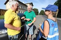 Kontroly řidičů na výjezdu z Litoměřic. Ti, kteří měli vše v pořádku, dostali od policistů jako dárek nealko pivo a reflexní vestu.