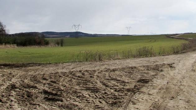 Krajina v okolí Rašovic a Julčína na Úštěcku, kde by měla vést zamýšlená přeložka silnice I/9.