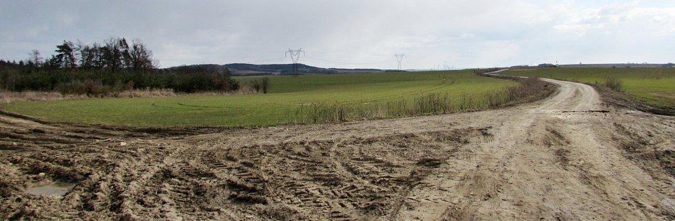 Krajina v okolí Rašovic a Julčína na Úštěcku, kde má vést zamýšlená přeložka silnice I/9