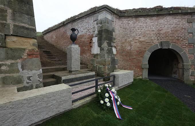 ÚČASTNÍCI vzpomínkové slavnosti se při prohlídce kolumbária zastavili v místě s pylonem, které bylo v době ghetta nazýváno Vzpomínkovým místem urnového háje. Nacisté ho vytvořili v době zkrášlovací akce před příjezdem delegace Červeného kříže.