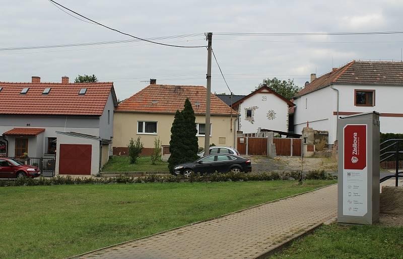 Obec Podsedice leží na jihovýchodním úpatí Českého středohoří zhruba devět kilometrů od Lovosic. Žije tam asi 664 lidí.