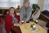"""""""Jsme tu moc spokojené, máme se tu jako v lázních,"""" pochvalovaly si při posezení v kavárně libochovického domova důchodců i Anežka Kotlářová (vlevo) a Květa Žídelová, která jí ke stolu přinesla kávu se šlehačkou."""