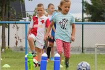ČTYŘICET dětí v tomto týdnu a čtyřicet v následujícím absolvuje pětidenní kemp pro malé fotbalisty ve sportovním areálu v Lukavci.