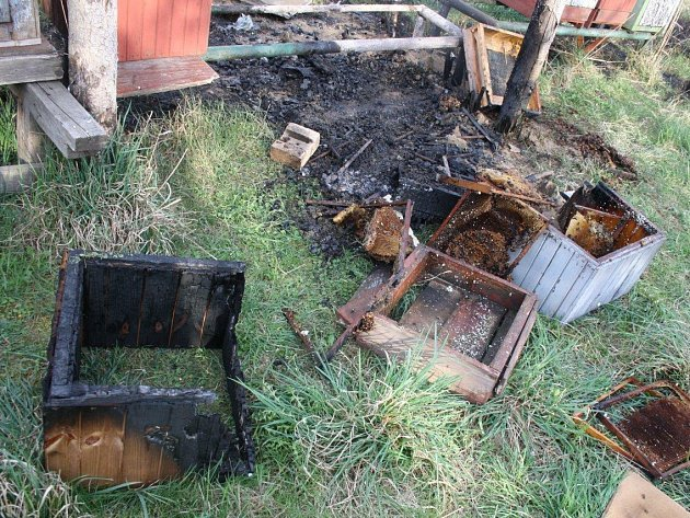 V Bechlíně hořely úly