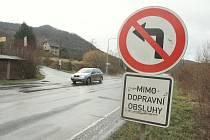 Při cestě z Ústí se do Litoměřic přes Sebuzín nedostanete. Zakazuje to tato značka. Opačným směrem se však již projet dá.