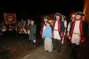 Josefínské  slavnosti začaly. Ani vytrvalý déšť neodradil  od pochodu vojáky z Kavalíru 2 na Náměstí ČSA.