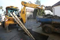 V sobotu ráno prasklo litinové potrubí hlavního vodovodního řadu v Jiráskové ulici v Třebenicích
