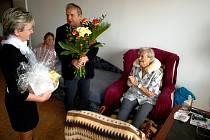 Marie Holerová ze Štětí oslavila 100. narozeniny. Poblahopřát jí přišel i starosta města Tomáš Ryšánek a další gratulanti