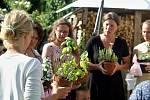 Ukončení školního roku v rodinách na Litoměřicku vzdělávajících doma. Každá rodina s dětmi vyrobila jídlo z nějaké mimoevropské země. Matky si předaly květiny mezi sebou.