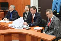 Dva dozorci z litoměřické vazební věznice Miroslav Hupka (šedé sako) a Jaroslav Nepovím (černý oblek) čelí obžalobě, že zneužili pravomoci úřední osoby a ublížili na zdraví lotyšskému vězni Ansisi Bérziňše.