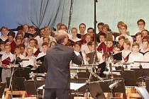 Stodvacetičlenný chlapecký sbor předvedl v litoměřickém letním kině  svoji sílu a kvalitu za doprovodu symfonického orchestru Filharmonie Hradec Králové.