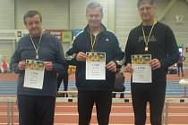 STUPNĚ vítězů v kategorii M55 ve vrhu koulí. Druhý zleva Štefan Pšenák (ASK Lovosice), vítězný Mario Göthel (TuS Schauenstein) a Uwe Bähr (LSV Pirna).