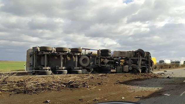Havarovaný kamion na dálnici D8 mezi Roudnicí a Doksany.