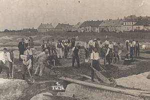 HISTORICKÝ SNÍMEK ze stavby stadionu.