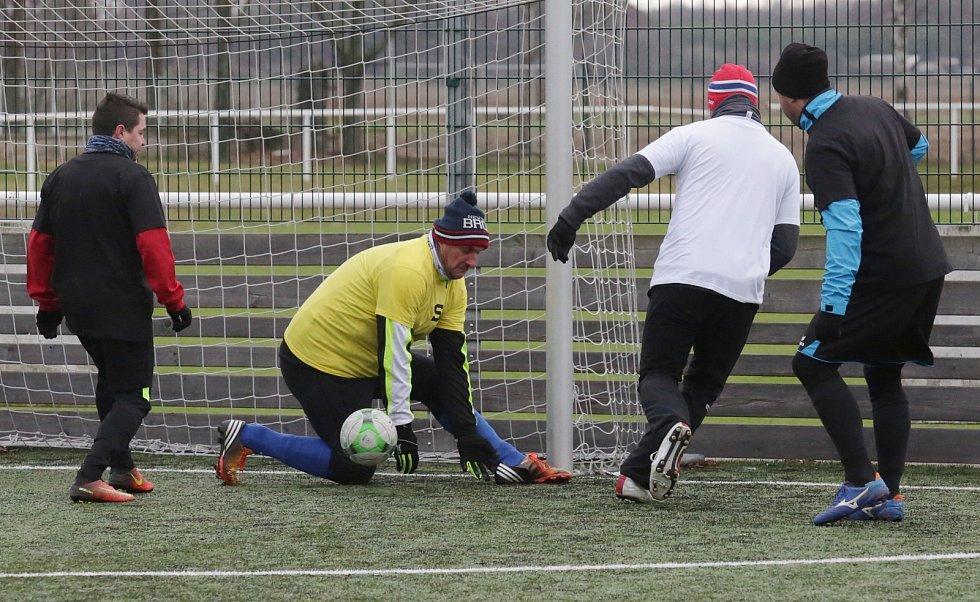 Fanoušci Slavie a Sparty sehráli v sobotu ve Štětí fotbalové utkání a výtěžek věnovali na postiženého Vojtíška z Roudnice nad Labem.