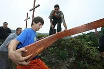 DOMINANTA Porty Bohemiky, tři kříže na Kalvárii, je na místě. Kříže se rozhodly obnovit obce Libochovany a Velké Žernoseky společně s několika nadšenci.