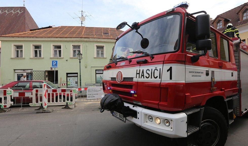 Na dělníka v centru Litoměřic spadly dřevěné trámy.