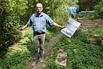 Správce hřbitova Pavel Lolo u pietního místa, kde je pohřebiště několika desítek zajatců z koncentračního tábora Richard.