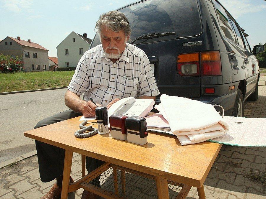Starosta Mlékojed Vladimír Kopřiva úřaduje u silnice.