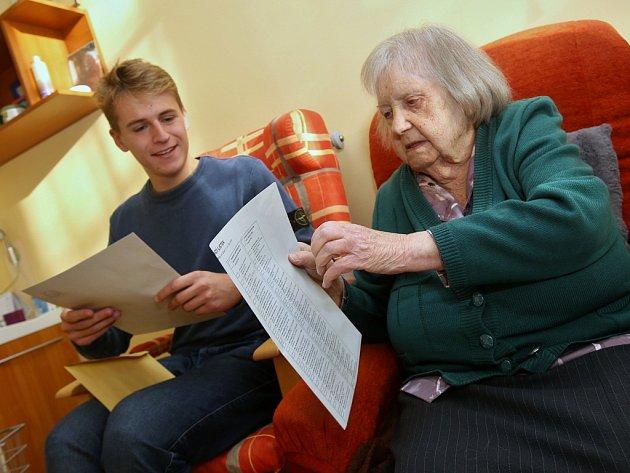 Nejstarší občanka Litoměřic Vlasta Šumová, které je sto dva let, odvolila vsobotu 6.října dopoledne vmístním pečovatelském domě Na pahorku.