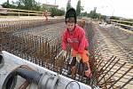 Dělníci pracují na rekonstrukci mostu ve Štětí. Snímek z července 2019