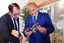 Francouzský velvyslanec Roland Galharague se starostou Litoměřic Ladislavem Chlupáčem.
