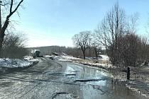 """Obrovské výtluky a mnoho bahna. """"Zřejmě důlní firma. Tato firma naprosto zničila pozemní komunikaci. Když zaprší, tak je to chuťovka. Jinak max pro SUV."""" Tak na webu Výmoly.cz lidé popisují stav silnice č. 255 u Mostu."""