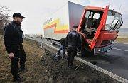 Na silnici 1/15 u Třebívlic u odbočky na Dřemčice zůstal odstavený nákladní automobil