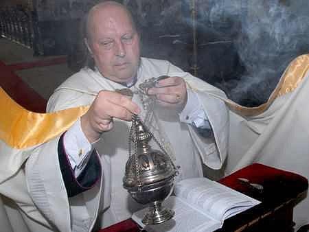Biskup Posád při mši