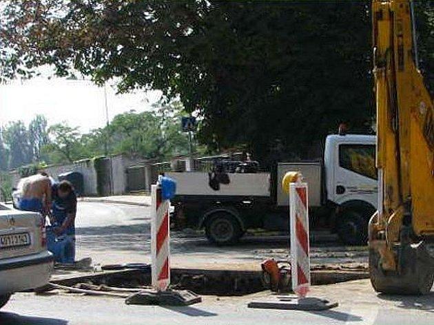 Oprava vodovodu v ulici Na Kocandě v Litoměřicích.