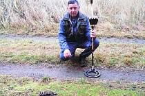 Hledač pokladů našel další granáty. Zbytky munice byly pár centimetrů pod zemí v okolí Travčic. Policisté nález na místě zneškodnili.