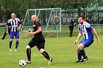 Fotbalisté Roudnice (v bílomodrém) prohráli v Oldřichově jasně 0:4.
