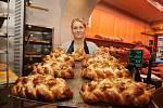 Michaela Kohnová s vánočkami v litoměřickém pekařství