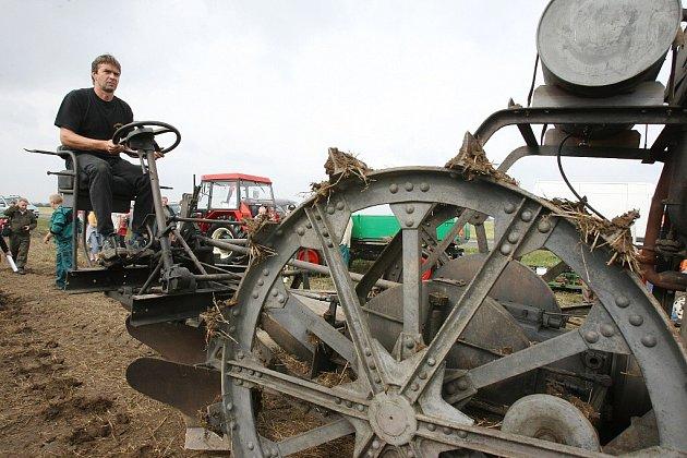 Historické traktory se 1. září předvedly pod Řípem.