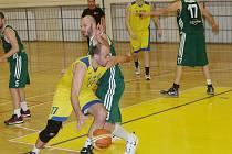 Basketbalisté Slavoje (ve žlutém) začínají nadstavbu.