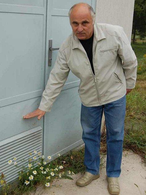 I Hněvice ochrání.  Obec u Štětí před rokem zůstala při povodni bez dodávky elektřiny. Tehdejší místostarosta Jiří Havran Deníku ukázal, kam až voda zaplavila zdejší trafostanici. Chystaná opatření by tomu měla v budoucnu zamezit.