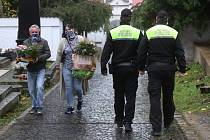 Strážníci hlídkují na hřbitově v Litoměřicích