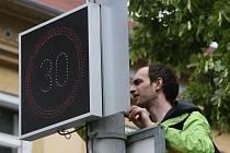 Terezín začal na Pražské ulici testovat zpomalovací semafory. Na průjezdu městem čeká na řidiče nově třicítka