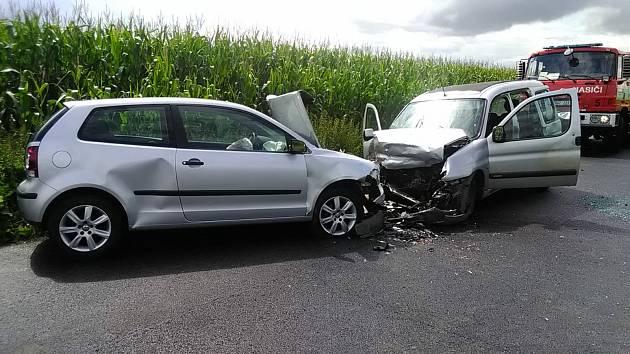 U obce Černouček havarovala dvě auta, zranili se tři lidé. K nehodě vzlétl vrtulník