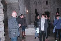 PRVNÍ CESTA při exkurzi vedla do městských sklepení. Velký dojem na studenty udělalo podzemí bývalého pivovaru.