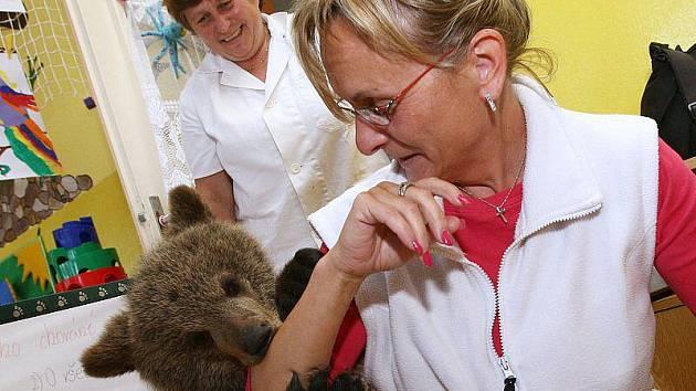 Medvědí mládě si hrálo s dětmi ve školce v Poplzích.