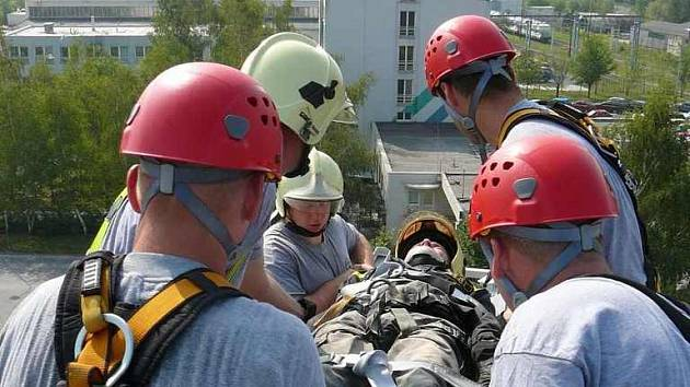 Při námětovém cvičení dostávali profesionálové z litoměřické požární stanice figuranta na zem pomocí techniky