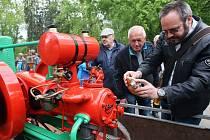 V Libochovicích v parku si daly na prvního máje sraz vyznavači historické zemědělské techniky.