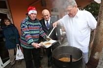 60 litrů polévky uvařil v sobotu 25. listopadu s přáteli Jozef Pásztor.