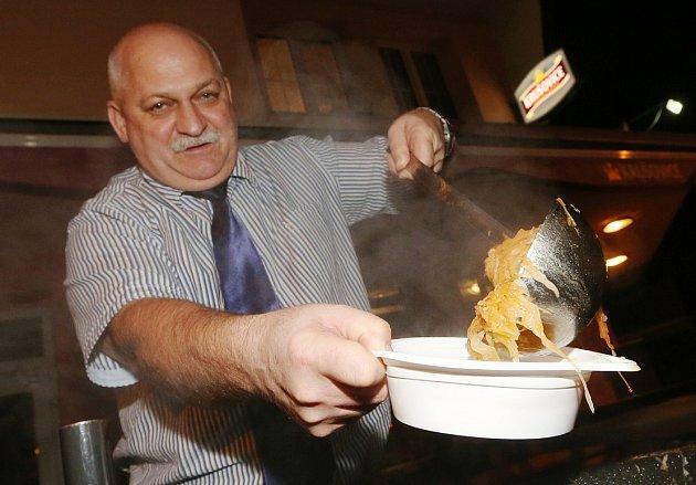 Bývalý voják Josef Pásztor vaří polévku pro dobročinné účely.